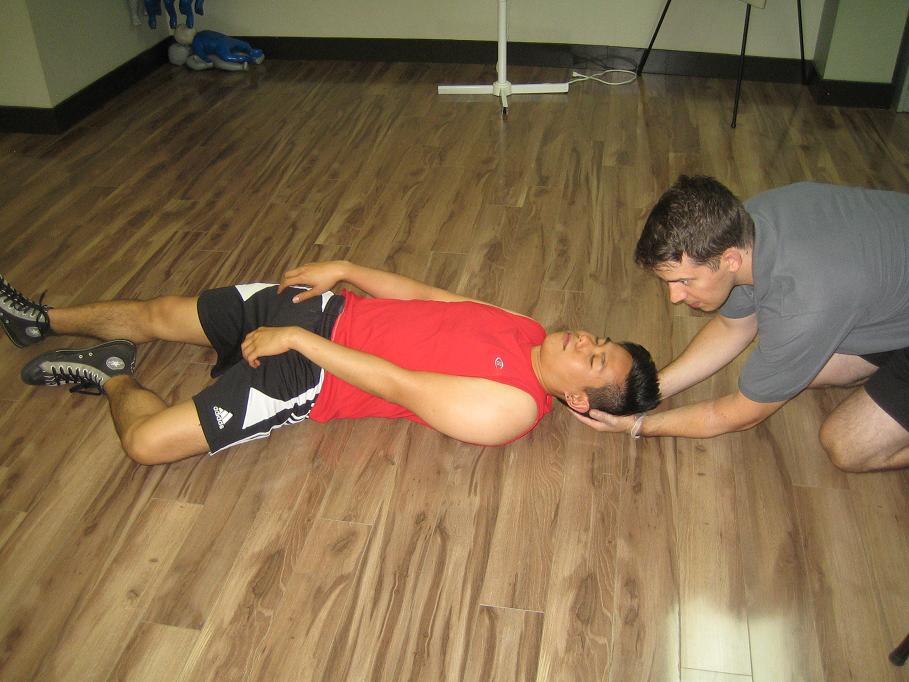 how to give first aid for fainting